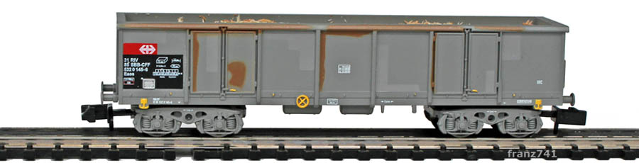 Arnold-Hornby-6062-1-Eaos-Hochbordwagen-Set-gealtert-SBB-Holzschnitzel-Ladung