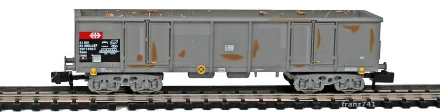 Arnold-Hornby-6062-2-Eaos-Hochbordwagen-Set-gealtert-SBB-Holzschnitzel-Ladung